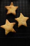 Biscoitos dados forma de três estrelas do Natal na cremalheira refrigerando Imagem de Stock Royalty Free