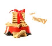 Biscoitos de cão na bacia com curva Fotos de Stock Royalty Free