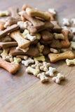 Biscoitos de cão no ` de madeira do fundo imagem de stock royalty free