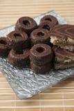 Biscoitos de chá do chocolate na tabela de madeira Fotografia de Stock
