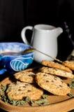 Biscoitos de farinha de aveia com chocolate imagens de stock