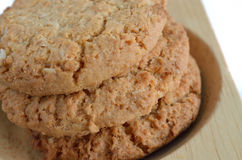 Biscoitos de farinha de aveia na madeira Imagens de Stock