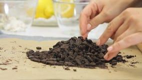 Biscoitos de rachamento ao cozinhar o bolo do creme do queijo com mirtilos vídeos de arquivo