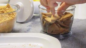 Biscoitos de rachamento e de mistura para cozinhar o bolo do creme do queijo com mirtilos filme