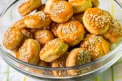 Biscoitos de soro de leite coalhado dourados fotos de stock