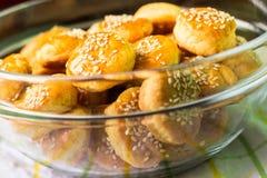 Biscoitos de soro de leite coalhado dourados imagem de stock
