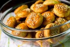 Biscoitos de soro de leite coalhado dourados fotografia de stock royalty free