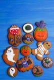 Biscoitos deliciosos engraçados do gengibre para Dia das Bruxas na tabela, lisos imagem de stock