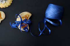 Biscoitos do biscoito amanteigado, amarrados com uma fita azul, no backgroun preto Foto de Stock Royalty Free