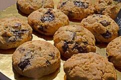Biscoitos do chocolate na tabela Imagem de Stock Royalty Free