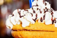 Biscoitos do close up cobertos com o creme do leite decorado com chocolat Fotos de Stock