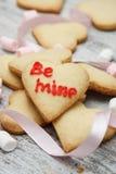 Biscoitos do coração do açúcar com marshmallows Fotografia de Stock