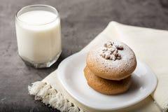 Biscoitos do mel com um núcleo da noz em uma bacia branca imagens de stock royalty free