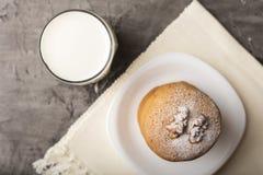 Biscoitos do mel com um núcleo da noz em uma bacia branca fotografia de stock royalty free