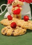 Biscoitos do Natal com partes de chocolate Fotografia de Stock