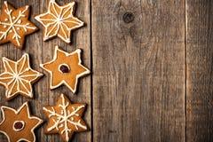 Biscoitos do pão-de-espécie do Natal no fundo de madeira Fotos de Stock