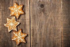 Biscoitos do pão-de-espécie do Natal no fundo de madeira Imagem de Stock