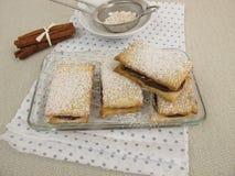 Biscoitos do sanduíche enchidos com o creme da canela do chocolate Foto de Stock Royalty Free
