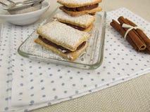 Biscoitos do sanduíche enchidos com o creme da canela do chocolate Foto de Stock
