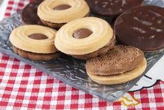 Biscoitos do sanduíche na tabela de madeira Foto de Stock