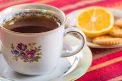 Biscoitos doces redondos com as sementes de papoila com chá quente Fotos de Stock Royalty Free