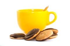 Biscoitos dos pedaços de chocolate e um copo do chá Imagens de Stock Royalty Free