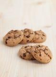 Biscoitos dos pedaços de chocolate em uma tabela de madeira Imagens de Stock Royalty Free
