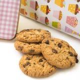Biscoitos dos pedaços de chocolate prontos para comer Fotografia de Stock Royalty Free
