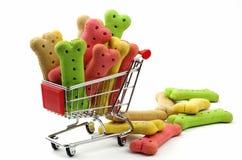 Biscoitos e carrinho de compras coloridos de cão Foto de Stock