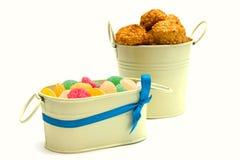 Biscoitos e doces no vaso do metal Imagem de Stock Royalty Free