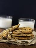 Biscoitos e leite dos pedaços de chocolate Fotografia de Stock Royalty Free