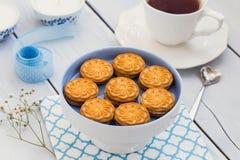 Biscoitos e um copo do chá em uma tabela de madeira Imagem de Stock Royalty Free
