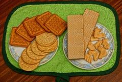 Biscoitos e waffles em placas fotografia de stock