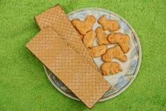 Biscoitos e waffles secos em uma placa branca Fotografia de Stock Royalty Free