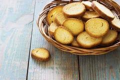 Biscoitos em uma cesta no fundo de madeira azul velho Fotografia de Stock Royalty Free