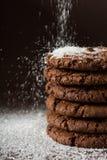 Biscoitos empilhados dos pedaços de chocolate disparados com foco seletivo Foto de Stock Royalty Free