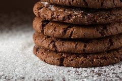 Biscoitos empilhados dos pedaços de chocolate disparados com foco seletivo Imagem de Stock
