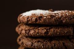 Biscoitos empilhados dos pedaços de chocolate disparados com foco seletivo Fotos de Stock