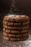 Biscoitos empilhados dos pedaços de chocolate disparados com foco seletivo Imagem de Stock Royalty Free