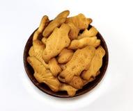 Biscoitos engraçados na bacia de madeira Foto de Stock Royalty Free