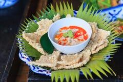 Biscoitos friáveis do arroz com mergulho de Herbed de feijões preservados cozidos a fogo brando da soja no leite de coco servido  fotografia de stock