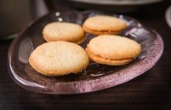 Biscoitos na placa de vidro Fotos de Stock Royalty Free