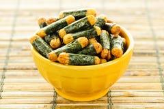 Biscoitos Nori Maki do arroz e da alga imagens de stock