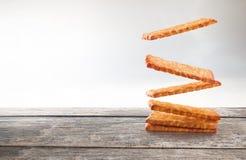 Biscoitos que flutuam na tabela de madeira Imagens de Stock