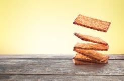 Biscoitos que flutuam na tabela de madeira Imagem de Stock