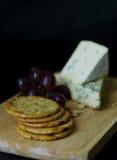 Biscoitos queijo azul e uvas Fotos de Stock