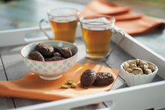 Biscoitos rústicos com chocolate e porcas no copo cerâmico Fotografia de Stock