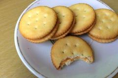Biscoitos redondos em um prato Fotos de Stock Royalty Free