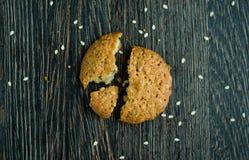 Biscoitos saborosos no cereal no fundo de madeira Fotos de Stock