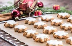 biscoitos star-shaped Canela-flavoured fotografia de stock royalty free